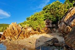 Billige Bungalows auf einem tropischen Strand Stockfotos