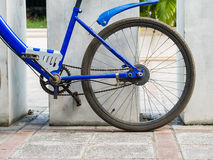 Billiges blaues altes Fahrrad parkt, Hinterrad Stockfoto