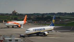 Billigfluglinie Ryanair und einfacher Jet werden an internationalem Malta-Flughafen geparkt lizenzfreies stockfoto