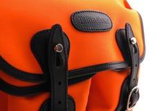 Billingham Hadley mała naramienna torba na Neonowej pomarańcze z czarnym rzemiennym podstrzyżeniem Zdjęcie Royalty Free