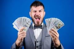 Billioner με τα τραπεζογραμμάτια δολαρίων Επιχείρηση και αθλητική επιτυχία νίκη μιας λαχειοφόρου αγοράς επιχειρηματίας μετά από τ στοκ φωτογραφία με δικαίωμα ελεύθερης χρήσης