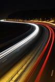 Billjus på vägen på natten arkivbilder