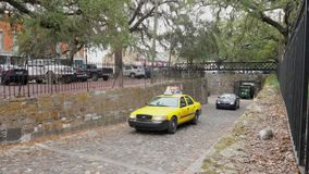 Billopp på smal kullersten Savannah Streets arkivfilmer