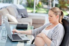 bills som beräknar henne oroad gravid kvinna royaltyfri fotografi