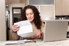 bills som betalar kvinnan Royaltyfri Fotografi