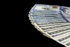 billsdollar hundra en bunt Bunt av kontanta pengar i hundra dollarsedlar Hög av hundra dollarräkningar som isoleras på svart Arkivfoton