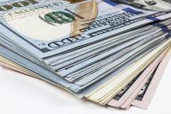 billsdollar hundra en bunt Bunt av kontanta pengar i hundra dollarsedlar Hög av hundra dollarräkningar på vit Royaltyfri Bild