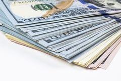 billsdollar hundra en bunt Bunt av kontanta pengar i hundra dollarsedlar Hög av hundra dollarräkningar på vit Arkivfoto