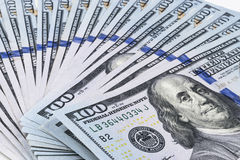 billsdollar hundra en bunt Bunt av kontanta pengar i hundra dollarsedlar Hög av hundra dollarräkningar på vit royaltyfri foto