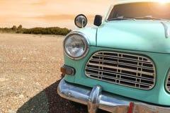 Billykta av en klassisk bil för tappning i den guld- himlen för höst på solnedgångtid Arkivfoton