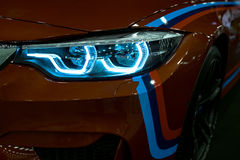Billykta av en modern sportbil De främre ljusen av bilen Moderna bilyttersidadetaljer Royaltyfri Foto