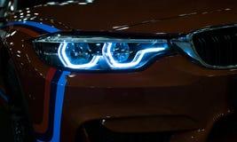 Billykta av en modern sportbil De främre ljusen av bilen Moderna bilyttersidadetaljer Arkivfoton
