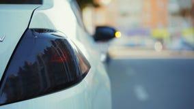 Billykta av vita moderna bilexponeringar, krasch på olyckan, närbild stock video