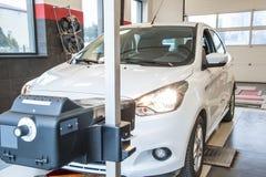 Billyktajustering i en bil vid en behörig service, Royaltyfria Bilder