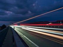 Billyktor av bilar, med bakgrunden av himlen fotografering för bildbyråer