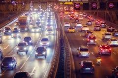 Billyktor av bilar på huvudvägnattetiden royaltyfri fotografi
