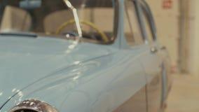 Billyktor av den blåa retro bilen stock video