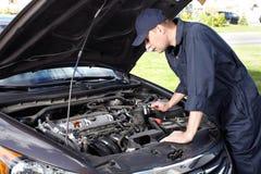 Bilmekaniker som arbetar i service för auto reparation. fotografering för bildbyråer