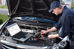 Bilmekaniker som arbetar i service för auto reparation. Royaltyfria Foton