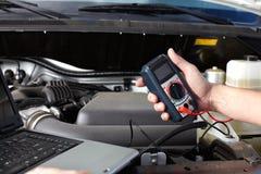 Bilmekaniker som arbetar i service för auto reparation. royaltyfri fotografi