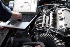Bilmekaniker som arbetar i service för auto reparation. Arkivfoton