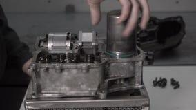 Bilmekaniker som demontera en automatlåda DSG 7 för att byta ut ackumulatorn, tryckförlust lager videofilmer