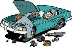 Bilmekaniker som inte fixar en bil Fotografering för Bildbyråer