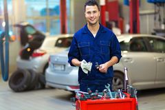 Bilmekanikern i auto reparation shoppar arkivbilder