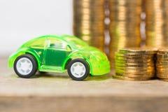 Bilmodell med guld- mynt Royaltyfri Fotografi