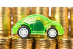 Bilmodell med guld- mynt Arkivbild