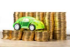Bilmodell med guld- mynt Royaltyfria Bilder