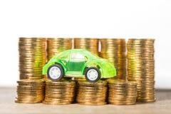 Bilmodell med guld- mynt Royaltyfria Foton