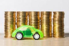Bilmodell med guld- mynt Arkivfoton