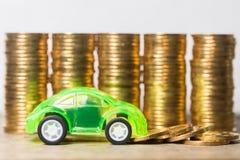 Bilmodell med guld- mynt Arkivbilder