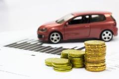 Bilmodell och bokföringsunderlag med mynt arkivbild