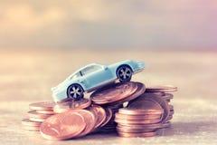 Bilmodell och mynt Arkivbild