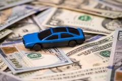 Bilmodell på dollarräkningar Royaltyfria Bilder