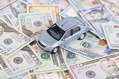 Bilmodell på dollarräkningar Arkivbild