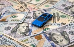 Bilmodell på dollarräkningar Arkivbilder