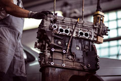 Bilmotor på mekanikern Royaltyfri Fotografi