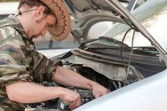 bilmotor som reparing royaltyfri fotografi