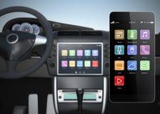 Bilmultimediakonsol synkroniserings med den smarta telefonen Arkivbild