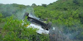 Bilolycka, olycka på berget Vulten bil med rök på brand Fotografering för Bildbyråer