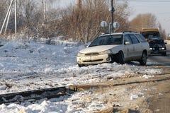 Bilolycka på en bergskogväg Vänt uppochnervänt den brutna bilen som dras av vägen och avverkningen in i en ravin royaltyfria bilder