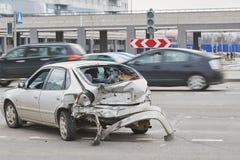 Bilolycka på gatan, skadade bilar efter sammanstötning i stad Arkivfoton