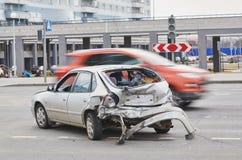 Bilolycka på gatan, skadade bilar efter sammanstötning i stad Arkivfoto