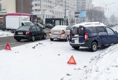Bilolycka på vägen i vinterstad fotografering för bildbyråer