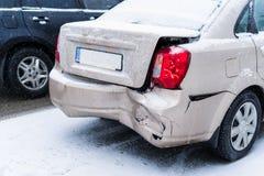Bilolycka p? v?gen i vinterstad fotografering för bildbyråer