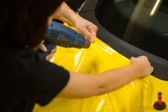 Bilomslag genom att använda värmevapnet för att förbereda vinylfolie royaltyfria foton
