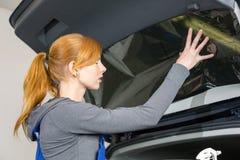 Bilomslag som tonar ett medelfönster med en tonad folie eller film Royaltyfri Fotografi